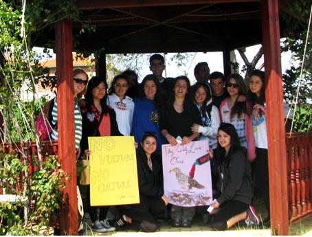 «Ζούνε μονάχα μια φορά» & «Δίχως Γύπες, Δίχως Κουλτούρα» από τους μαθητές του Pinewood (φωτογραφία: Bony V. Puyvelde)