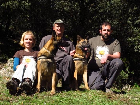 Οι δύο χειτιστές, οι σκύλοι τους και ο εκπαιδευτής.