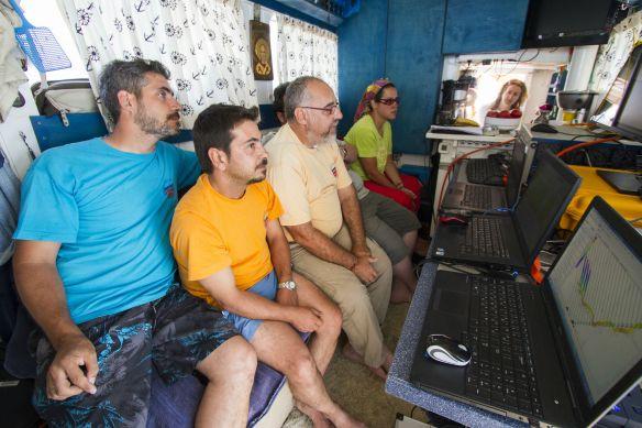 Η ομάδα του Πανεπιστημίου Πατρών παρακολουθεί την καταγραφή του βυθού Α.Βοnetti/WWF Ελλάς