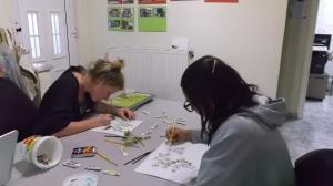 Η Dianne και η Daniela ζωγραφίζουν τα φυτά για τον οδηγό των δέντρων και των θάμνων του δάσους Δαδιάς