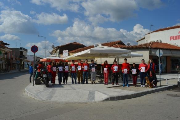 Εικόνα 2. Η Περιβαλλοντική Ομάδα του Γυμνασίου Σουφλίου «Το δέντρο της ζωής και το ποτάμι της συνδημιουργίας» δίνει το μήνυμα στους κεντρικούς δρόμους της πόλης