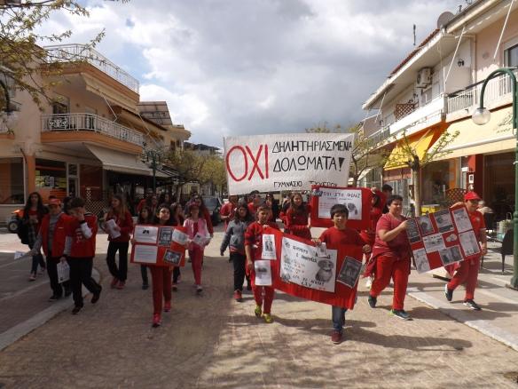 Εικόνα 03. Οι μαθητές του Τυχερού ξεχύθηκαν στους δρόμους της πόλης ντυμένοι στα κόκκινα, με συνθήματα, πανό και φυλλάδια.