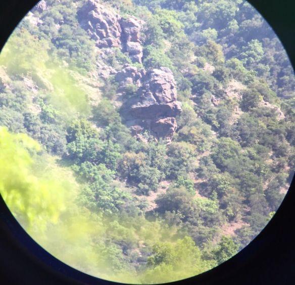 Μέσα από το τηλεσκόπιο: στα βράχια στο κέντρο, ο Ασπροπάρης είναι μια μικρή άσπρη κουκίδα.