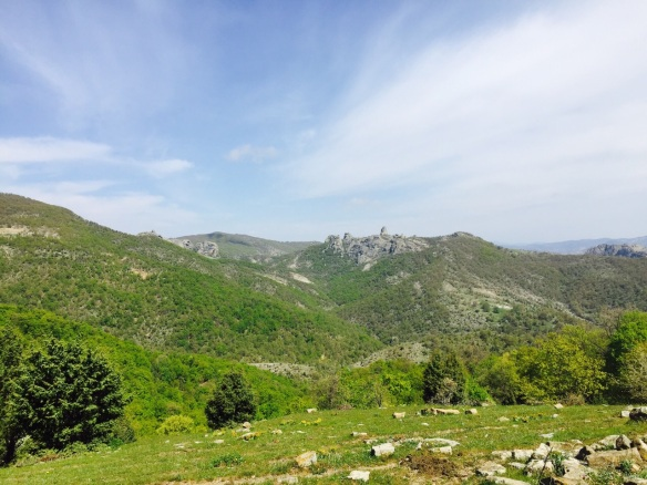 Τα μεγάλα βράχια κέντρο-δεξιά είναι το καταφύγιο του Ασπροπάρη κοντά στον ποταμό Κομψάτο, στη Ροδόπη.